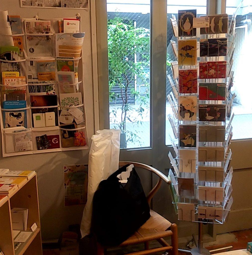 本屋ルヌルンガのポストカードと情報コーナー