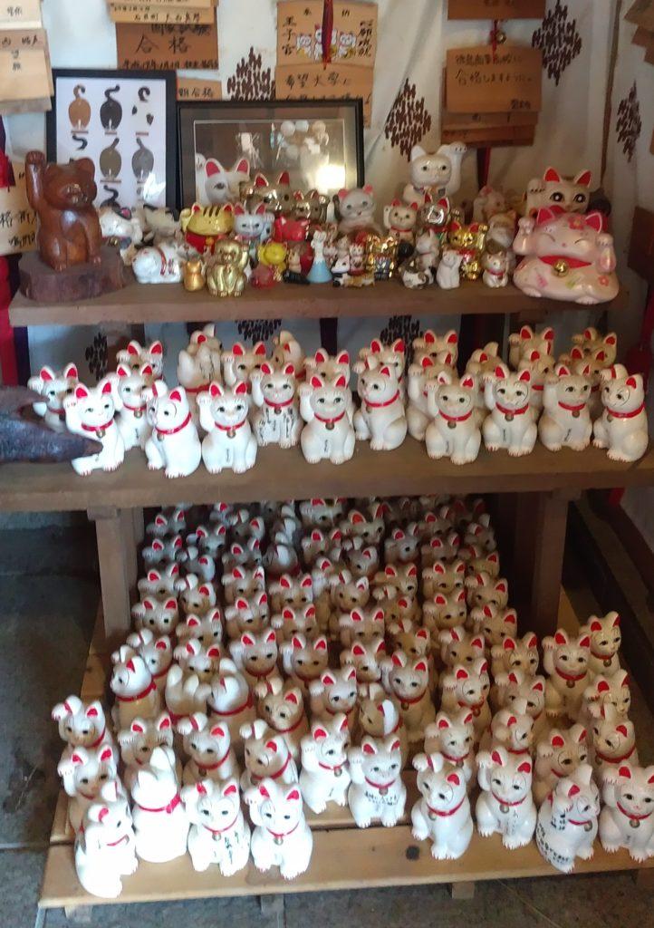 『王子神社』願掛け猫たち