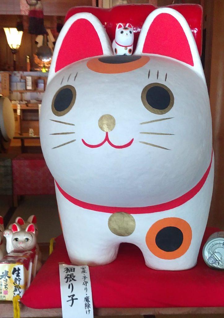 『王子神社』張り子の猫