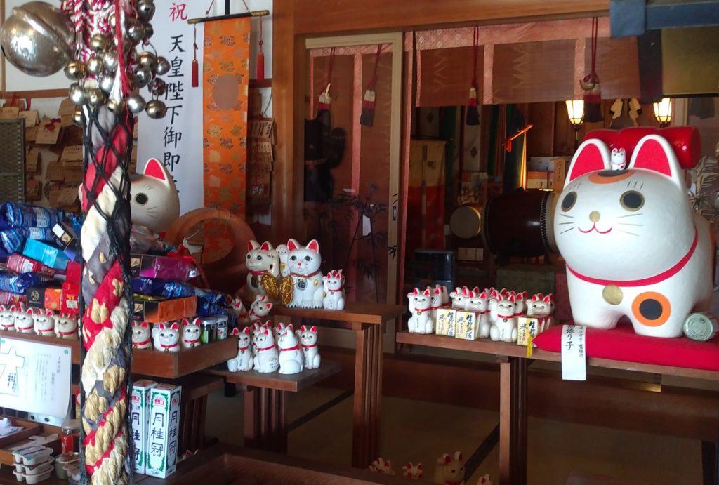 『王子神社』本殿の猫1