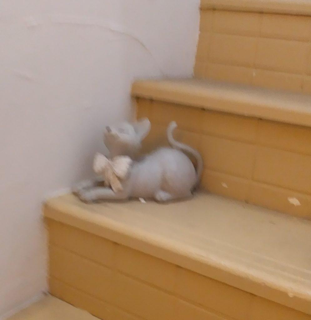 『猫カフェ ねこちゃる』階段の置物2