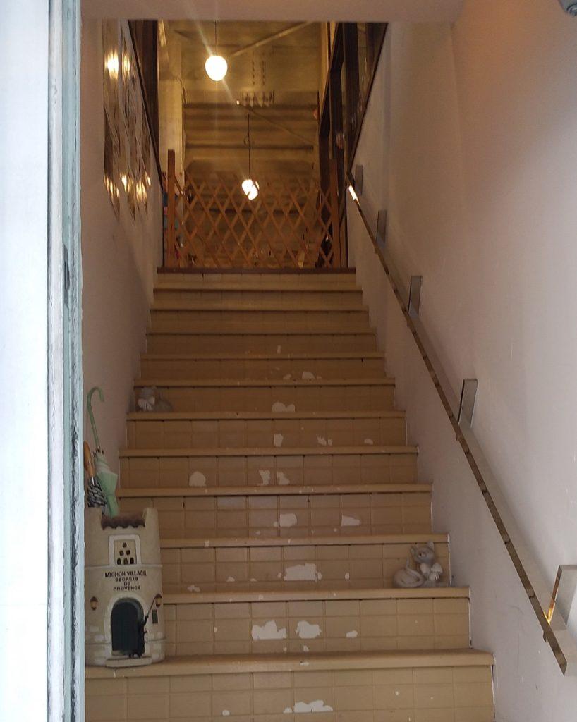 『猫カフェ ねこちゃる』階段