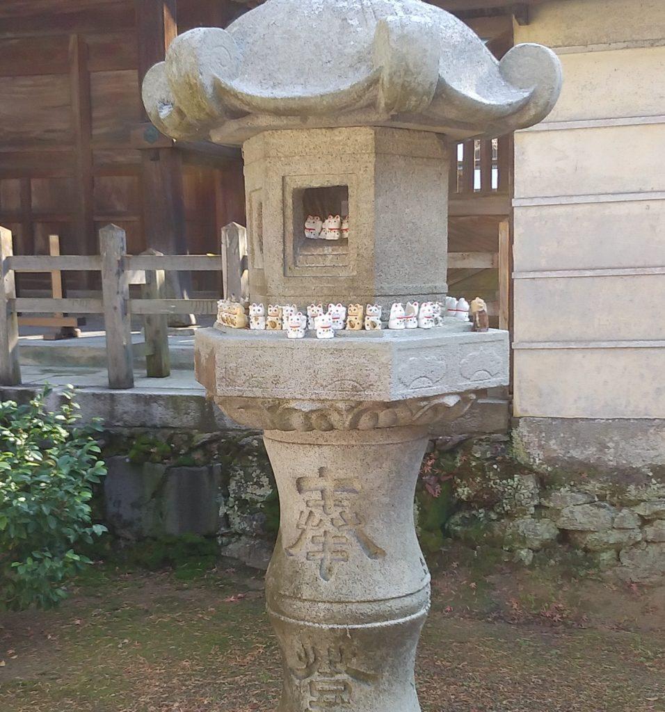 『白峰寺』灯篭のミニ招き猫1