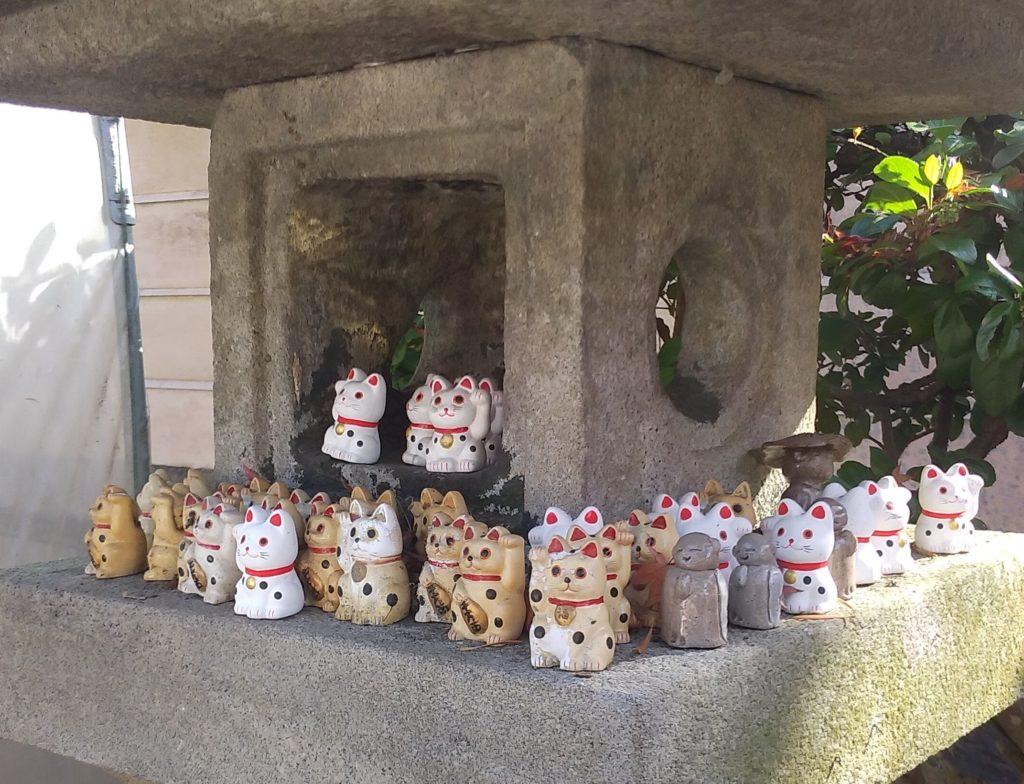 『白峰寺』灯篭のミニ招き猫3