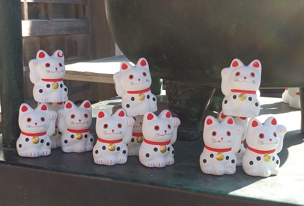 『白峰寺』常香炉前の招き猫2