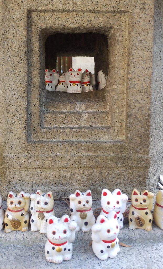 『白峰寺』灯篭のミニ招き猫4
