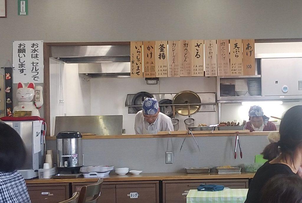 厨房の年配シェフ