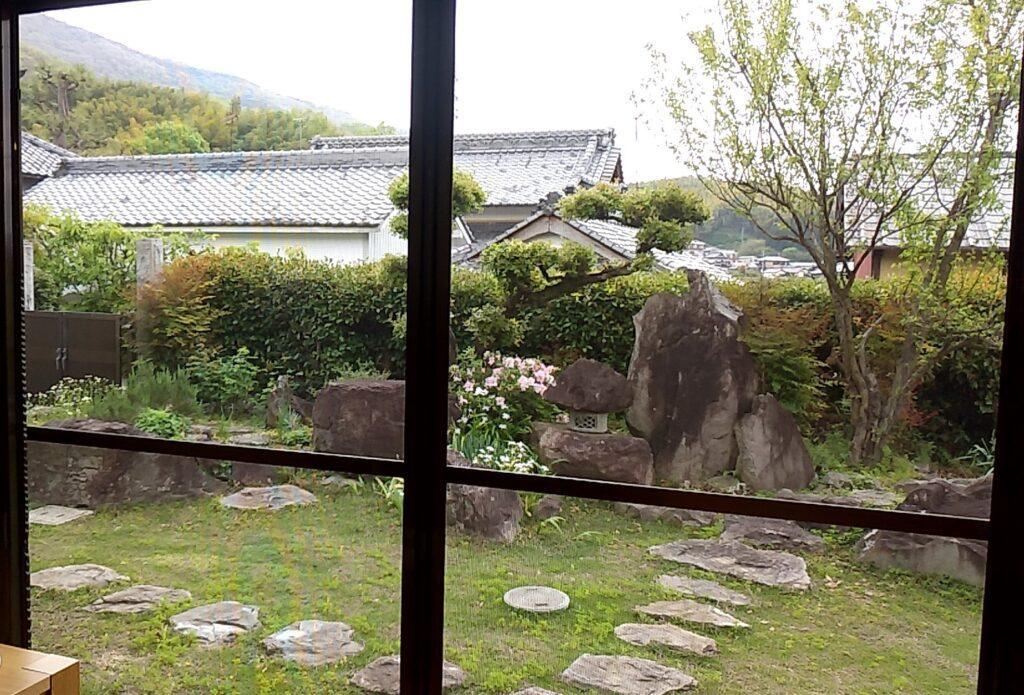 『シモアサオンデ』庭