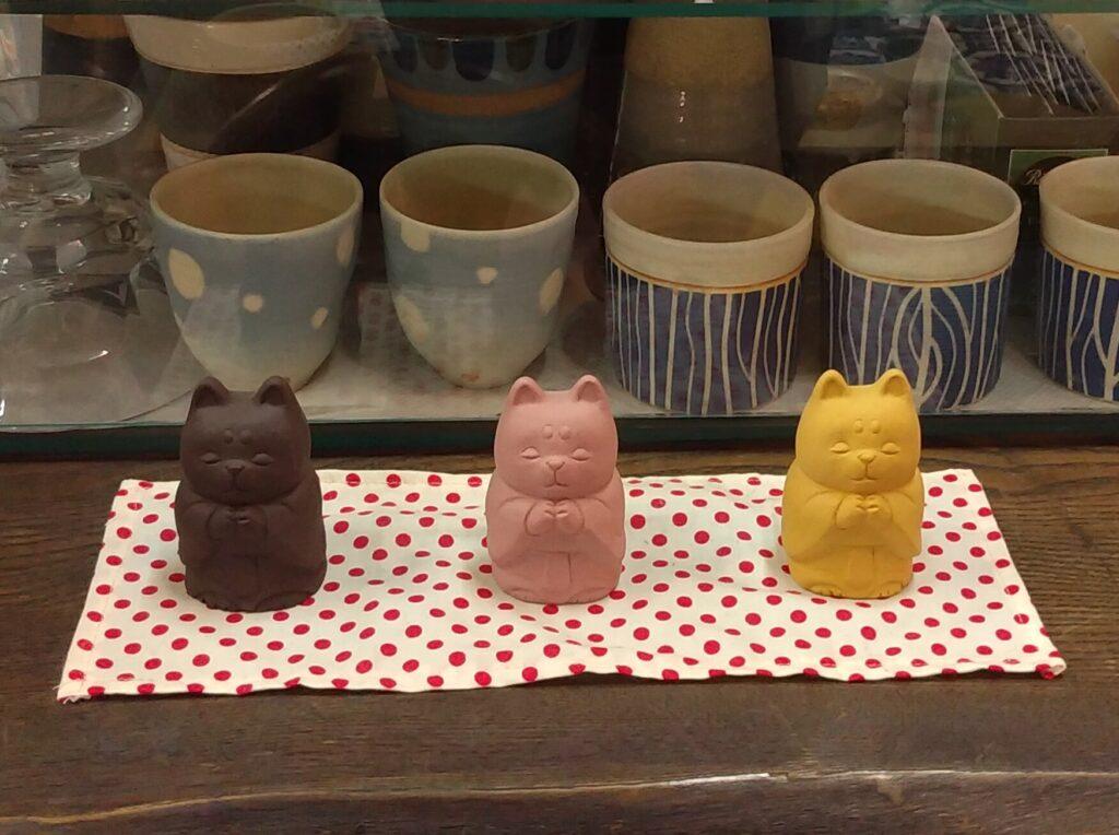 清水温泉カウンター上の猫仏